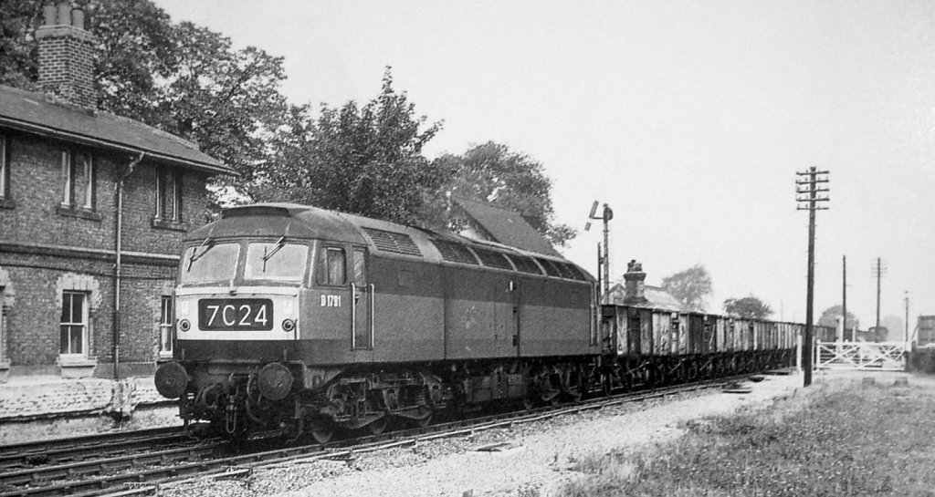 littleworth-no-D-1791-later-class-47-no-47310-heads-an-up-coal-train-through-the-closed-station-on-28th-sept-1965.jpg